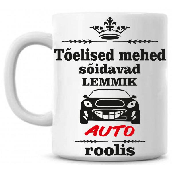 Tõelised mehed sõidavad lemmik auto roolis tass